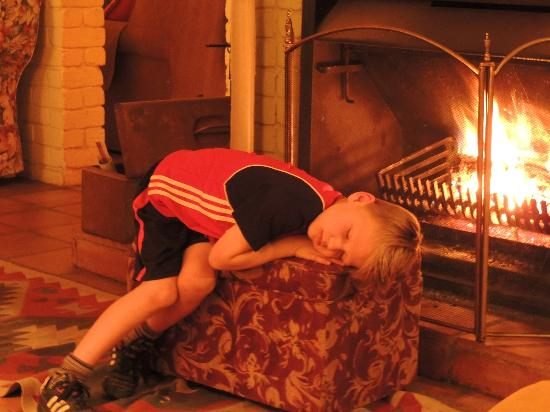 Old Joe's Kaia: So viel Entspannung am Kaminfeuer nach einem wunderbaren Tag bei Old Joe's Kaja...
