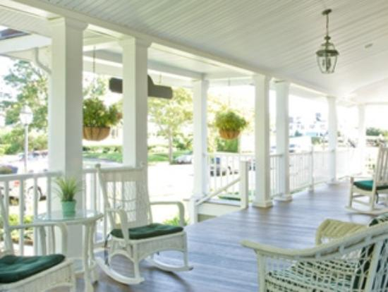 Johnson House Inn: Ahh, that big wonderful breezy porch. Race you to the swing!