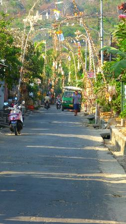 Lembongan Cliff Villas: town only a couple of cars on the island
