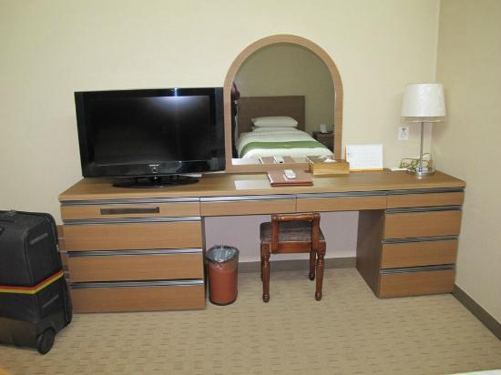 Ramada Hotel Dongtan: Dresser