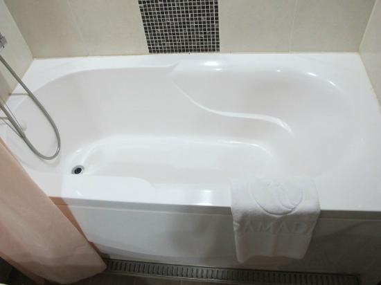 Ramada Hotel Dongtan: Bathtub