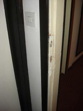 Hotel Bellevue Split: Detalle de la cerradura de la puerta de la habitación