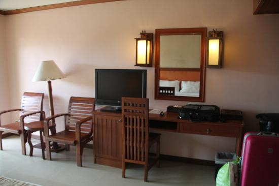 Baumanburi Hotel: Room 5514 - TV and writing desk area