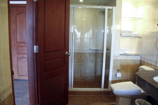 Baumanburi Hotel: Room 5514 - shower and toilet