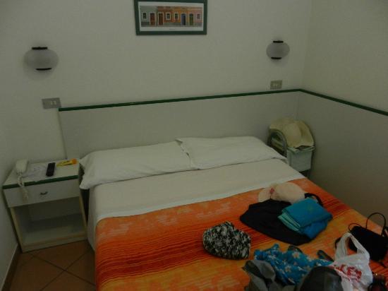 Hotel Radar: небольшой уютный номер со шкафом и туалетным столиком