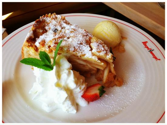 Kogel Mogel Restaurant: Hot apple pie with vanilla ice cream and fresh whipped cream