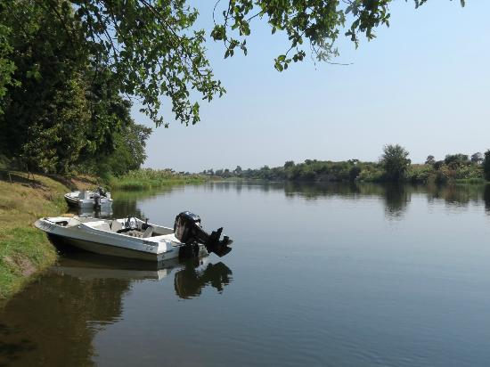 Gwabi River Lodge : Looking down Kafue River from Lodge