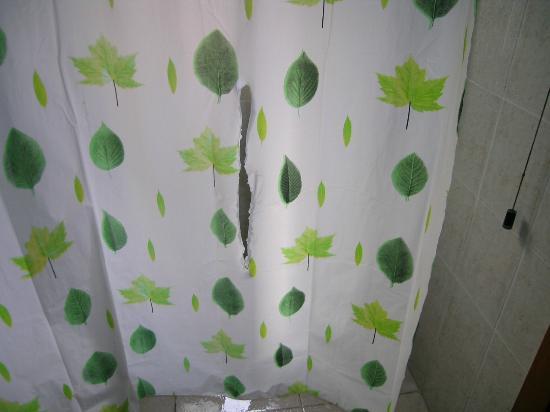 Hotel Colorado: tenda doccia strappata