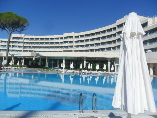 SENTIDO Zeynep Resort: View at side of Golf & Spa pool.