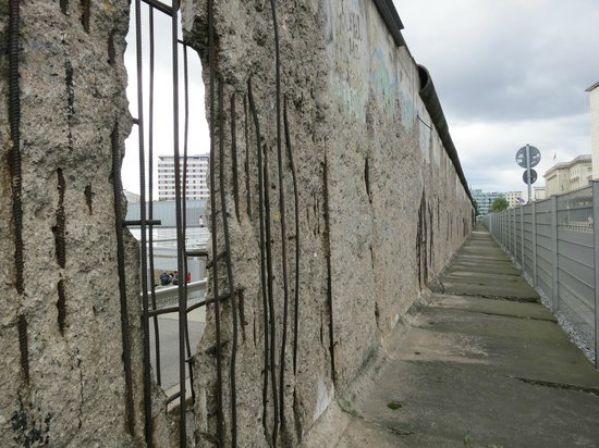 Берлин, Германия: morceau du mur de Berlin: pas loin de checkpoint charlie