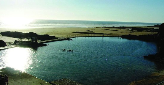 Буде, UK: Bude Sea Pool means you can swim at low tide when the sea has receded
