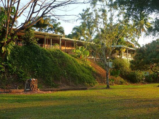 داينتري ريفيرفيو: The Lodge from the camping ground 