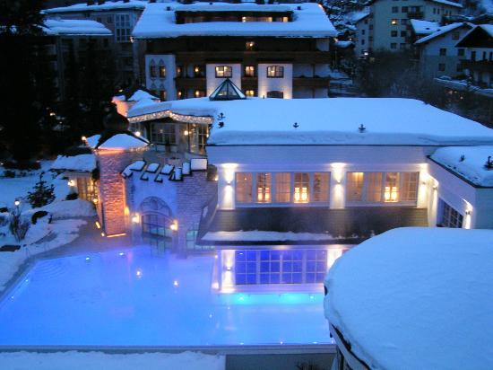 Hotel Salzburgerhof: Wellnessbereich mit Innen/Aussenpool am Abend