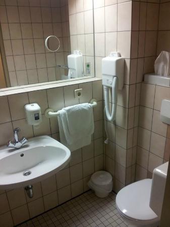 Gustav-Stresemann-Institut e.V. : Waschtisch und WC