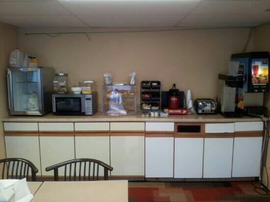 Rodeway Inn & Suites: Breakfast buffet
