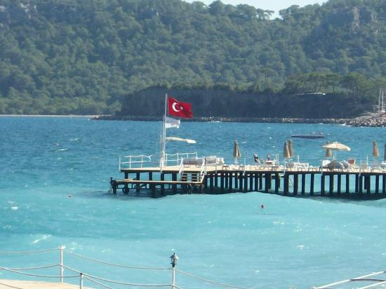 Orange County Resort Hotel Kemer: beach is very clean but not sandy its gritty