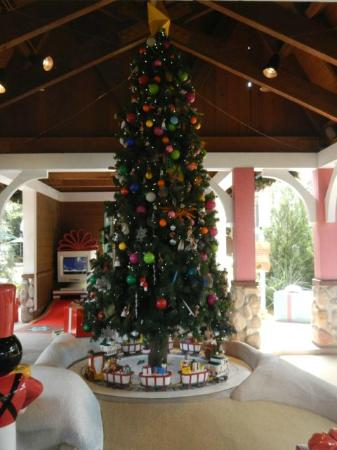Disney's Winter Summerland Miniature Golf Course: Christmas tree