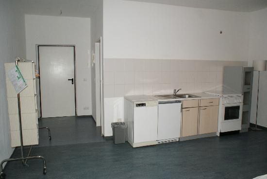 Old Town Hostel: Sperrmüll-DZ mit kaputter Küchenzeile