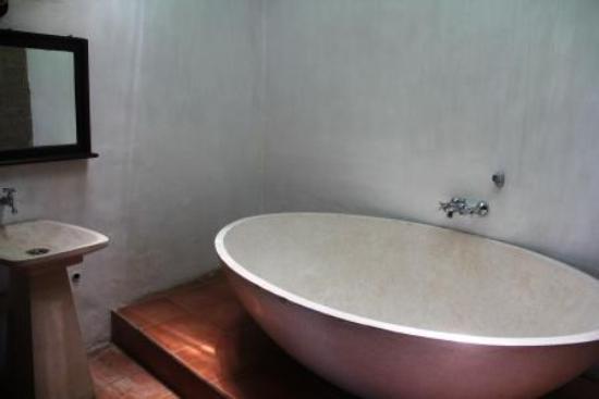 Graha Moding Villas: baderaum nummer eins mit wanne und waschbecken - gleich daneben ist noch ein einzelner raum für