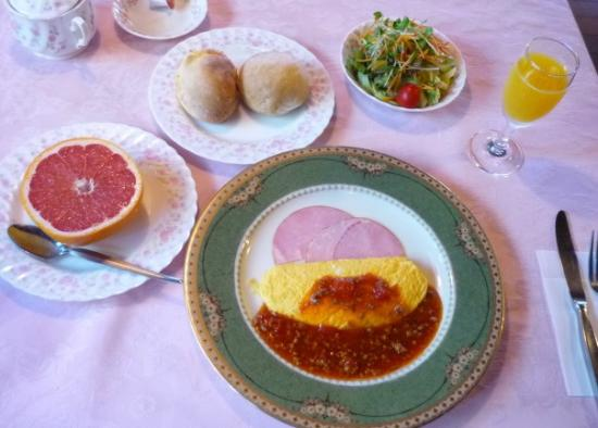 Pension Kulala: 朝食はフワフワオムレツとハムに生フルーツ
