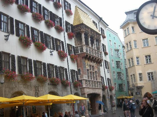 The Golden Roof (Goldenes Dachl): visione laterale del Goldenes Dachl