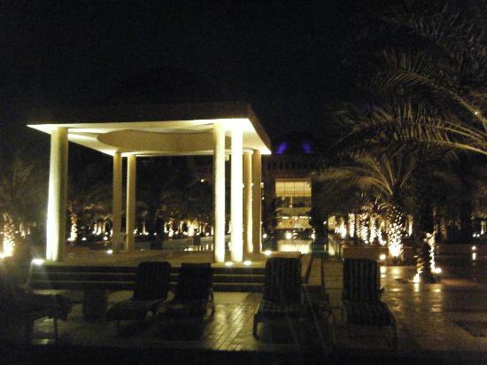 Hilton Ras Al Khaimah Resort & Spa: Hotel grounds at night