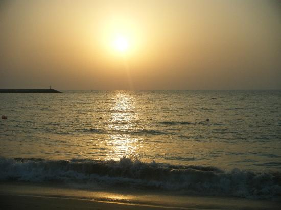 Hilton Ras Al Khaimah Resort & Spa : Sunset iew from beach