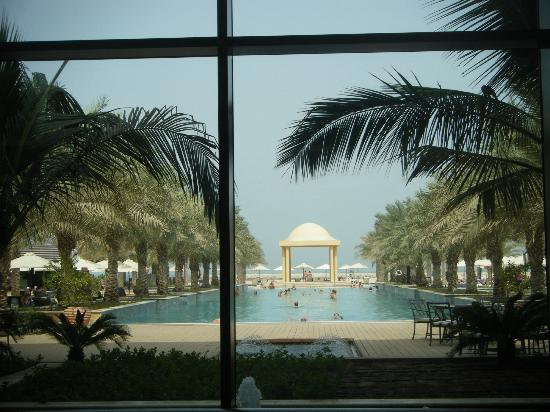 Hilton Ras Al Khaimah Resort & Spa : View out to the pool from Maddrid restaurant