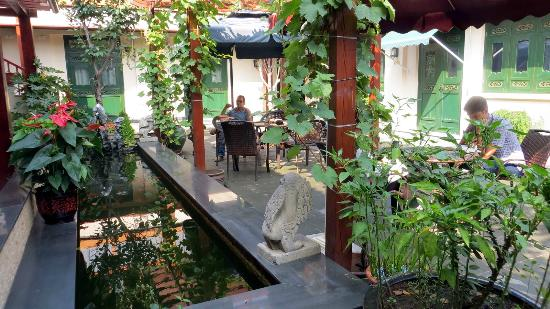 Jingshan Garden Hotel: the courtyard with fish pond
