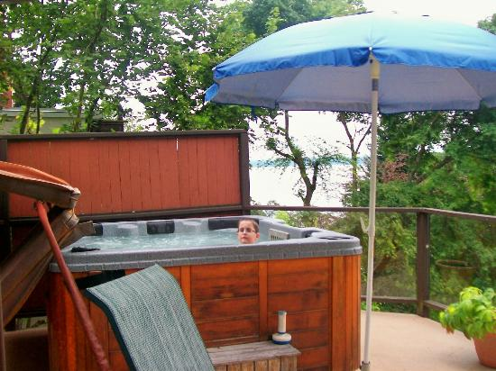 Stephenson Point Seaside B&B: Wind down in the hot tub over looking the water.
