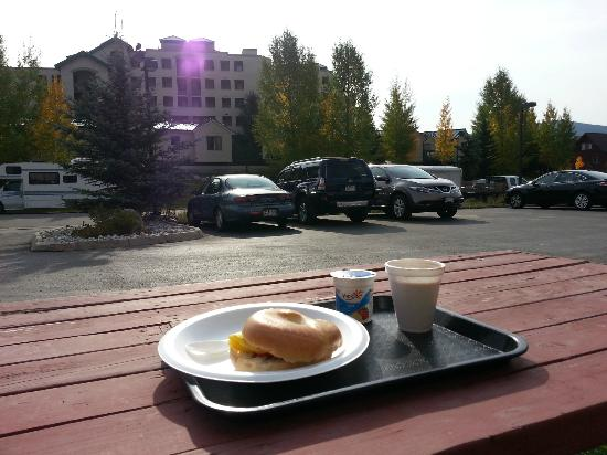 Ramada Frisco: Breakfast on outside bench