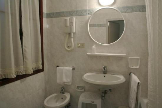 Hotel Helvetia: Bathroom of Room 7