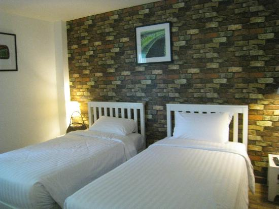 Ibis Styles Chiang Mai: beds with cool brick wallapaper