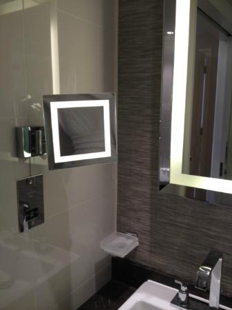 Taj 51 Buckingham Gate Suites and Residences: Bathroom in large suite in minsters building