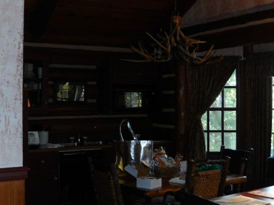 Big Cedar Lodge: more of the cabin