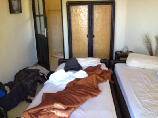 The Hamsa Resort: our room, extremely tight, two small beds, no more, not even a chair !!! no room for it