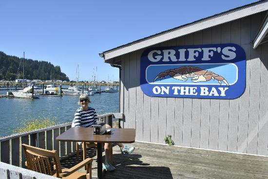 Griff's on the Bay Restaurant & Seafood Market: Lunch on the deck at Griff's on The Bay