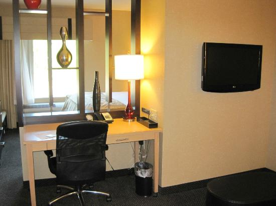 Cambria hotel & suites: Desk and free internet