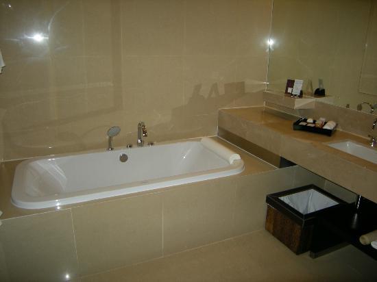 VIE Hotel Bangkok, MGallery by Sofitel : Baignoire de luxe.