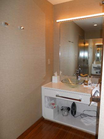 Cachet Boutique: Shared Room, sink area