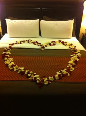 Ayres Hotel & Spa Moreno Valley: Our anniversary bed.