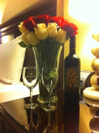 Ayres Hotel & Spa Moreno Valley : The wine and flowers waiting for us.