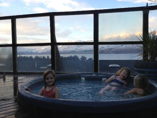 Lake Ohau Lodge: In the outdoor jacuzzi