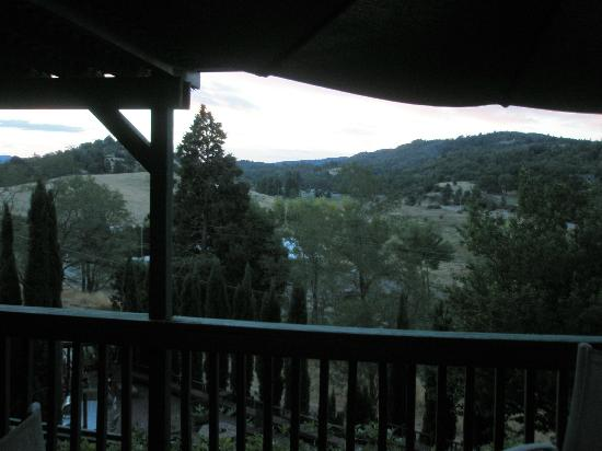 Eaglenest Bed and Breakfast: View of mountains from communal balcony deck