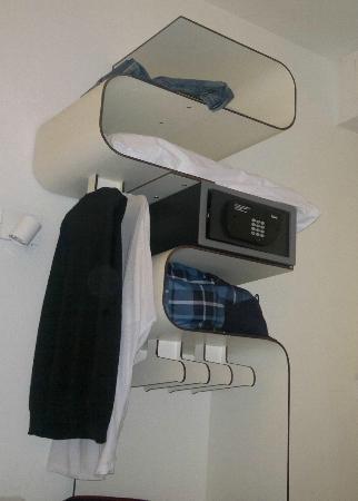 Hotel Gat Rossio: specie di armadio per appendere gli abiti