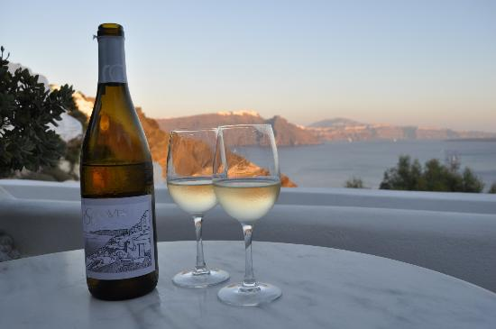 Canaves Oia Hotel: Complimentary bottle of wine & a view. Heaven!