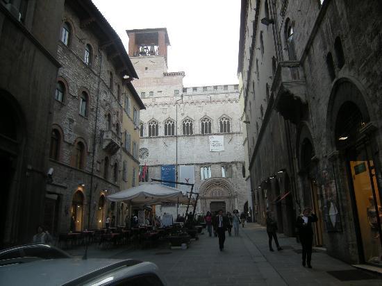 Corso Vannucci: Ingresso Galleria Nazionale