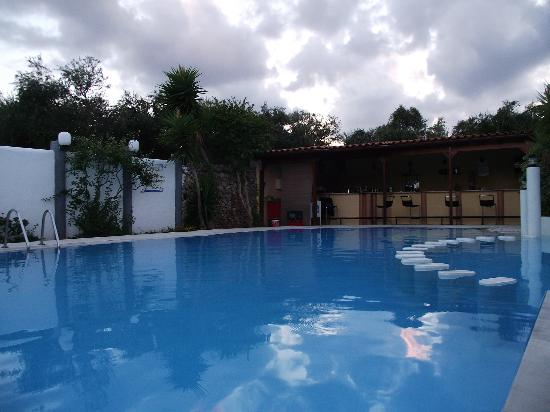 Hotel Pergamos Village : Swimming pool aea after the sunset, with view on the bar