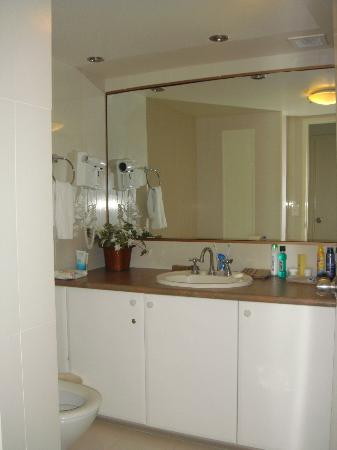 Surfers Century Apartments: bathroom