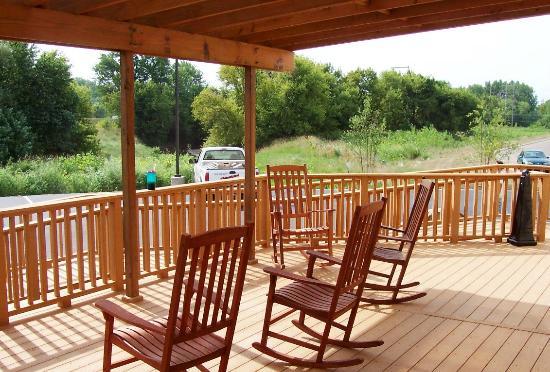 Oak Tree Inn Clinton: Hotel Public Outdoor Space